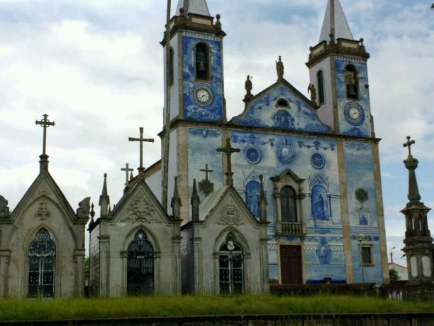 Azulejos-Kirche mit Friedhof