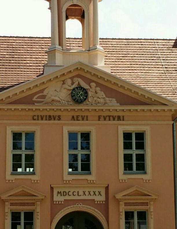 """Lateinischer Spruch am Alten Gymnasium: """"civibus aevi futuri"""" = 'den Bürgern des künftigen Zeitalters'; er zeigt, wie wichtig einem die Ausbildung junger Menschen war."""
