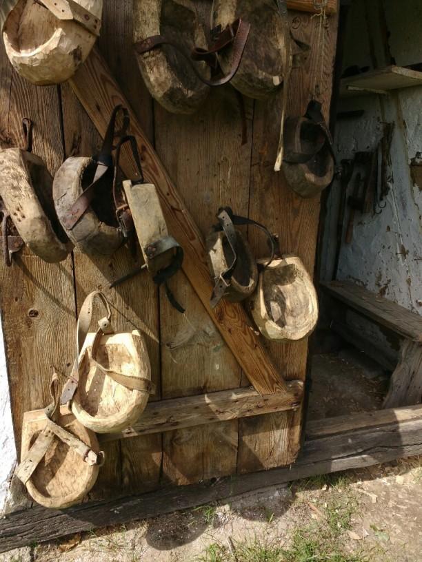 """""""Holzschuhe"""" für Pferde"""