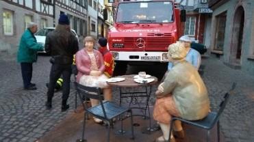 Kaffeekränzchen vor dem Feuerwehrauto