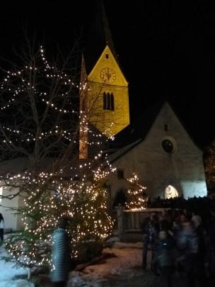 Abends zur Christmette im Dorf