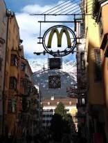 Das goldene M vorm Goldenen Dachl...
