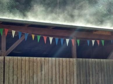 Ein nach dem Regen dampfendes Dach am Minigolfplatz