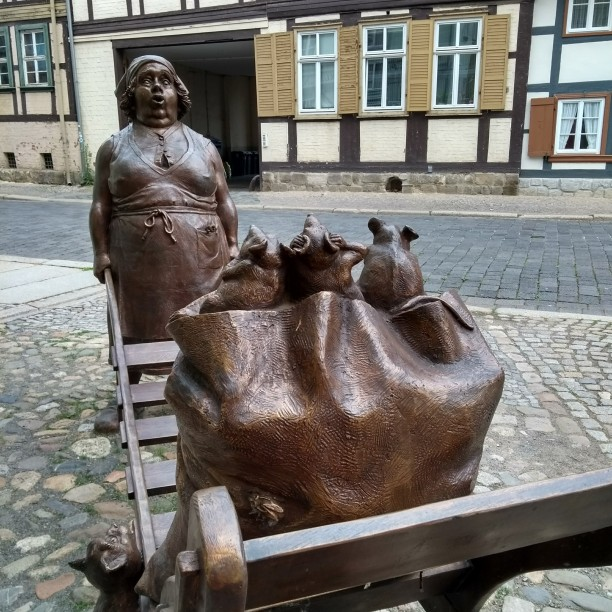 Witzige Skulptur vor dem Bäckerladen: