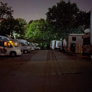 Womo-Oase bei Nacht