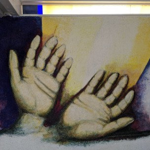 'Hände' in der Aussegnungshalle/Friedhof Eckenweiler