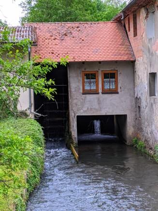 ... vorbei an einer Mühle