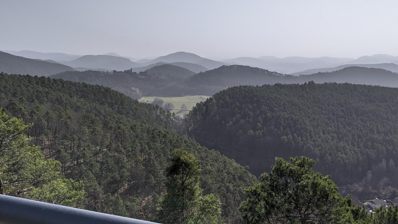 Blick vom Römerfelsen ins Wasgauer Land mit Burg Altdahn